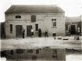 Famile Wollschläger vor dem Wirtschaftsgebäude um 1920
